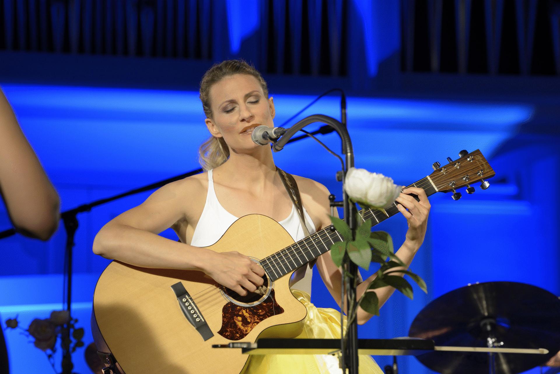 Ela Marion mit Guitarre